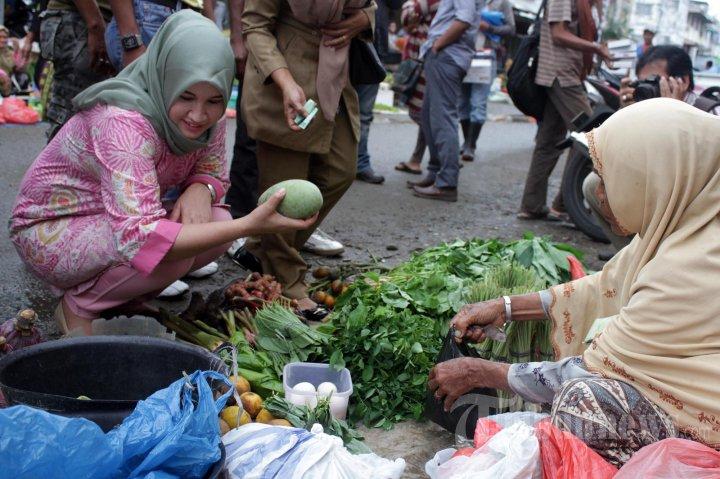 Berbelanja kepada pedagang sayur